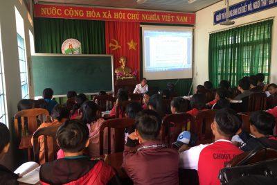 Thầy Trần Kim Đính báo cáo chuyên đề về chiến tranh thế giới thứ 2